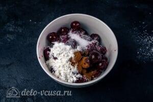 Кексы с вишней: Добавляем сахар, корицу и крахмал